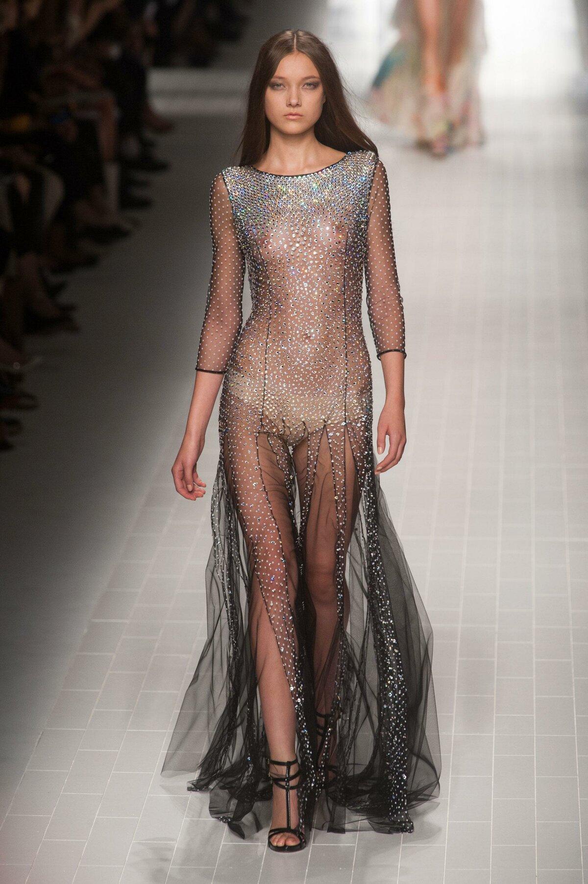 тепла онлайн в прозрачном платье женщины
