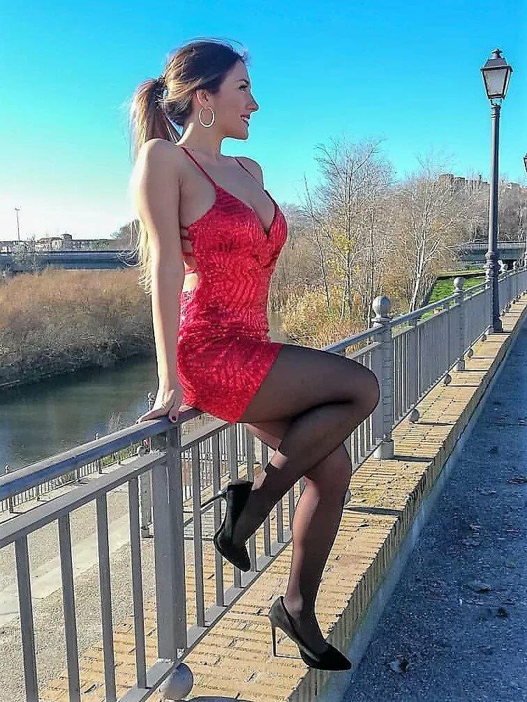 Кремпай красотки в облегающем платье и в чулках каналы онлайн онлайн