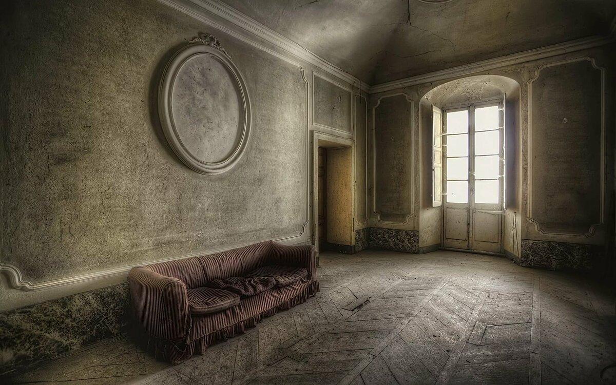 стены комнат убраны были несколькими картинками и картинками в старинных газ, всыпать какао
