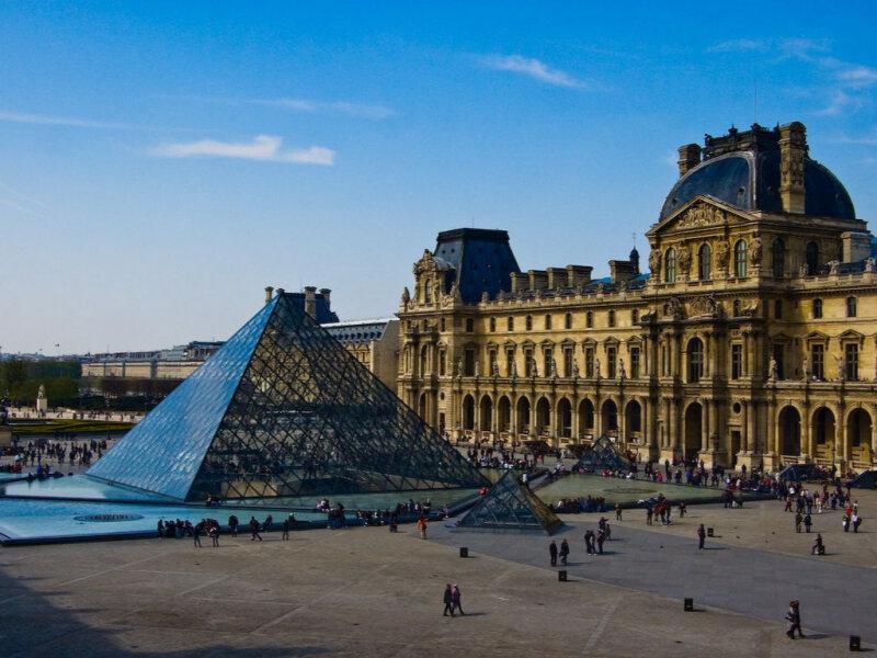 10 августа 1793 года впервые Лувр открылся для публики как национальный художественный музей
