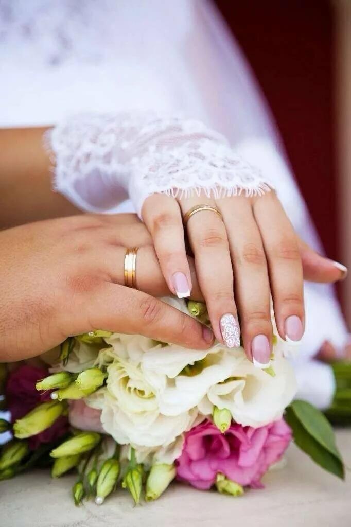 Картинка с обручальным кольцом на руке на цветов