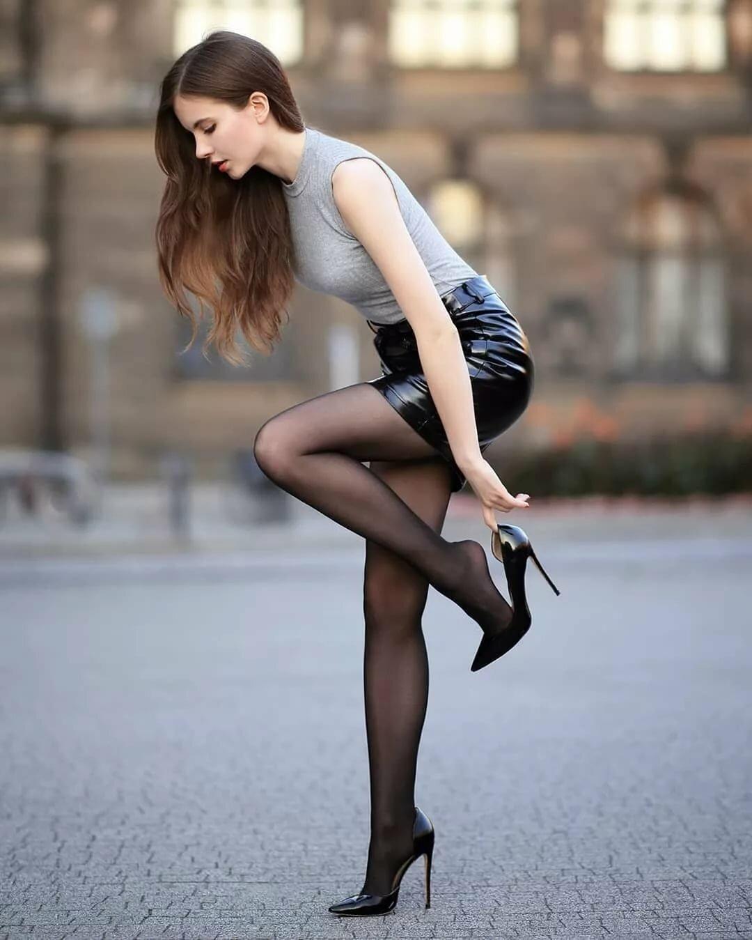 Девушка в колготках мини юбке и каблуках фото