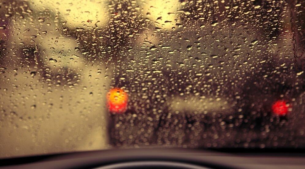 картинки дождь на стекле машины ночью
