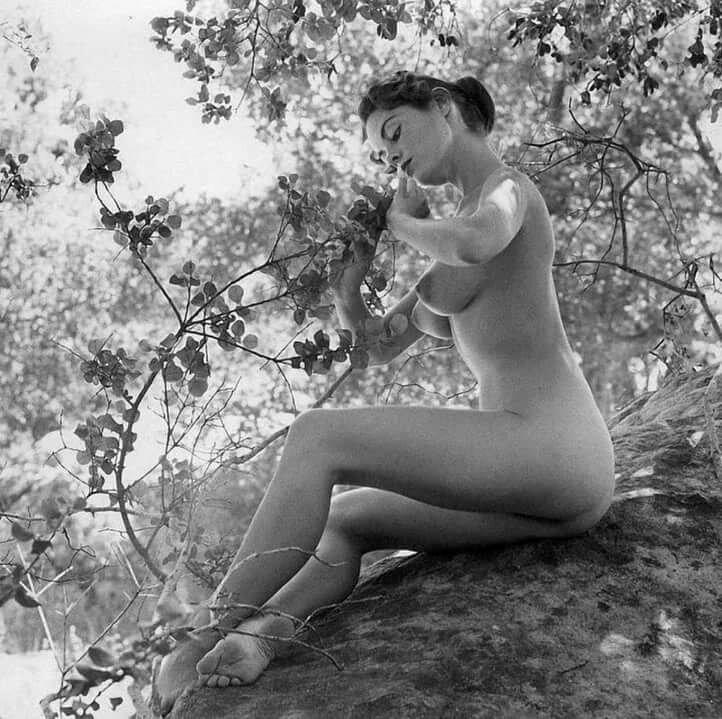 заключение старинное черно белое эротическое фото спишь