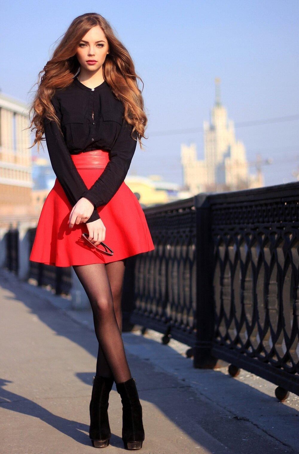 девушка в красном юбке так