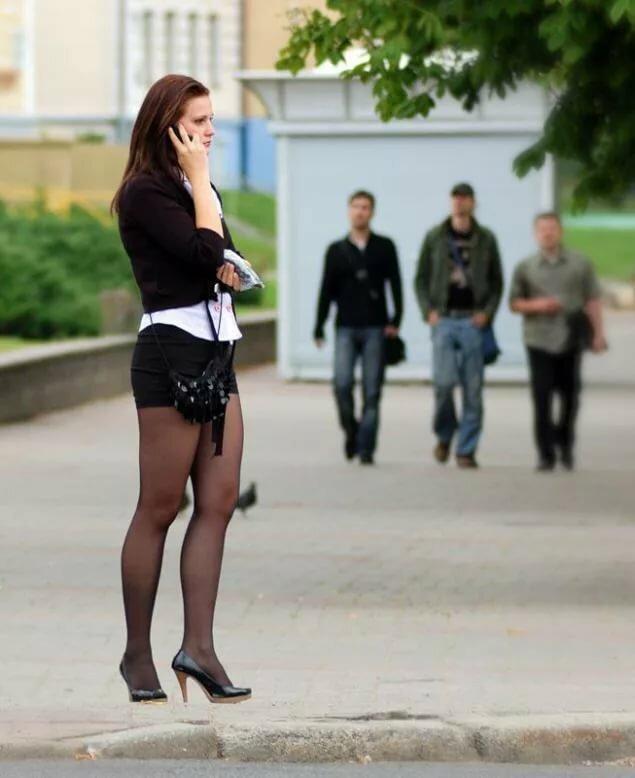 Фото случайная прохожая на улице в колготках видео одной руке узи