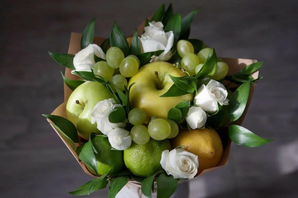 Букеты из фруктов и цветов фото маленькие