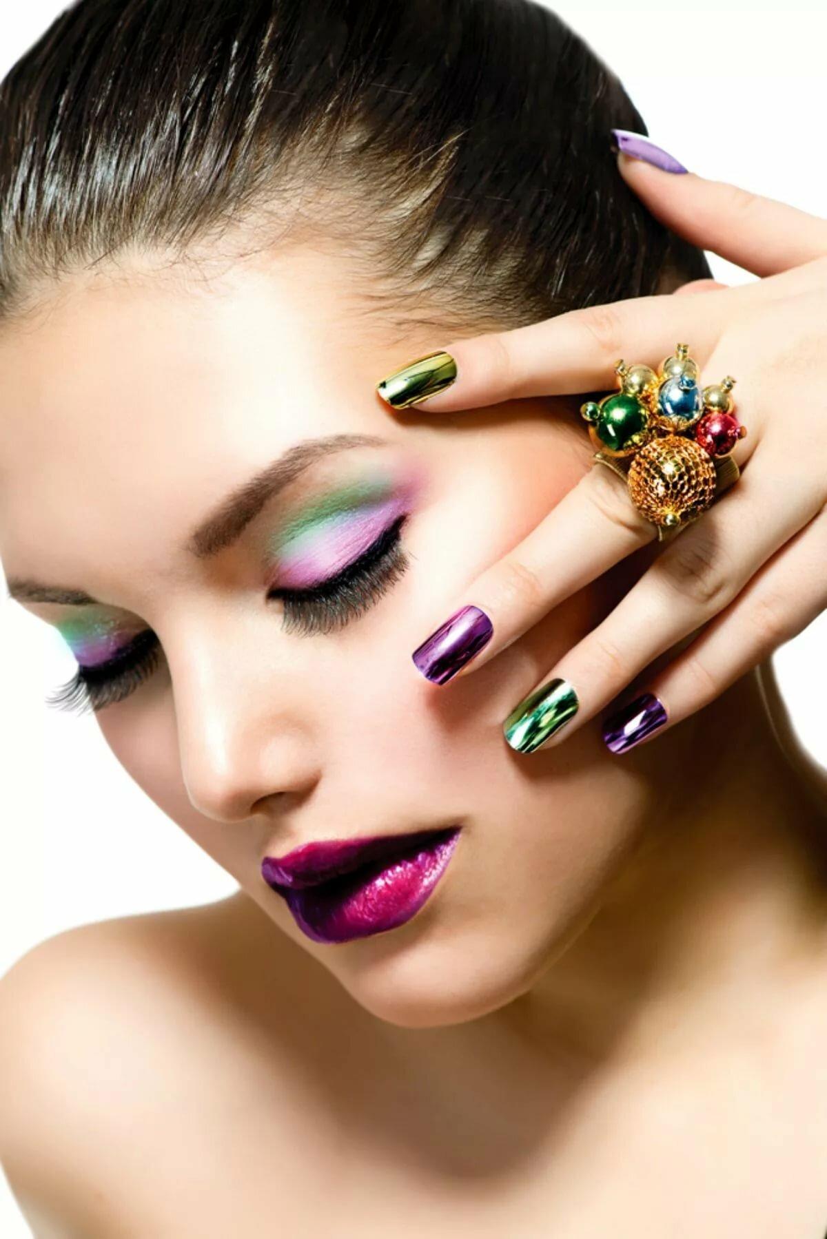 картинка макияжа и маникюра цветами должна стоять