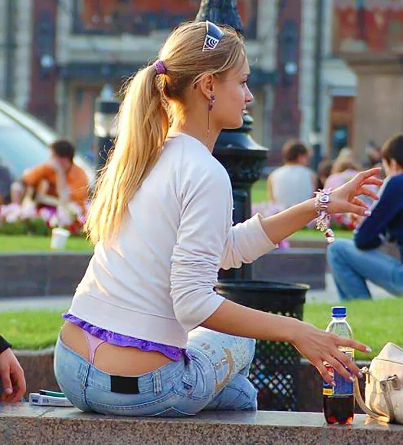 Видео стринги из под одежды у русских девушек