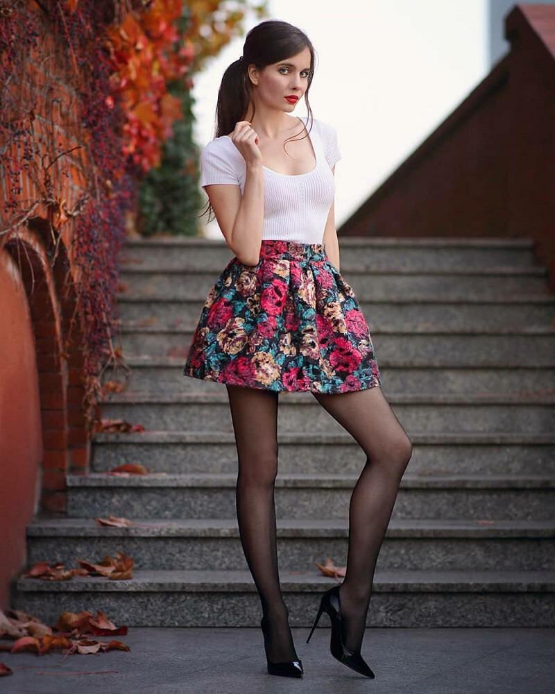 Девушка в короткой юбочке