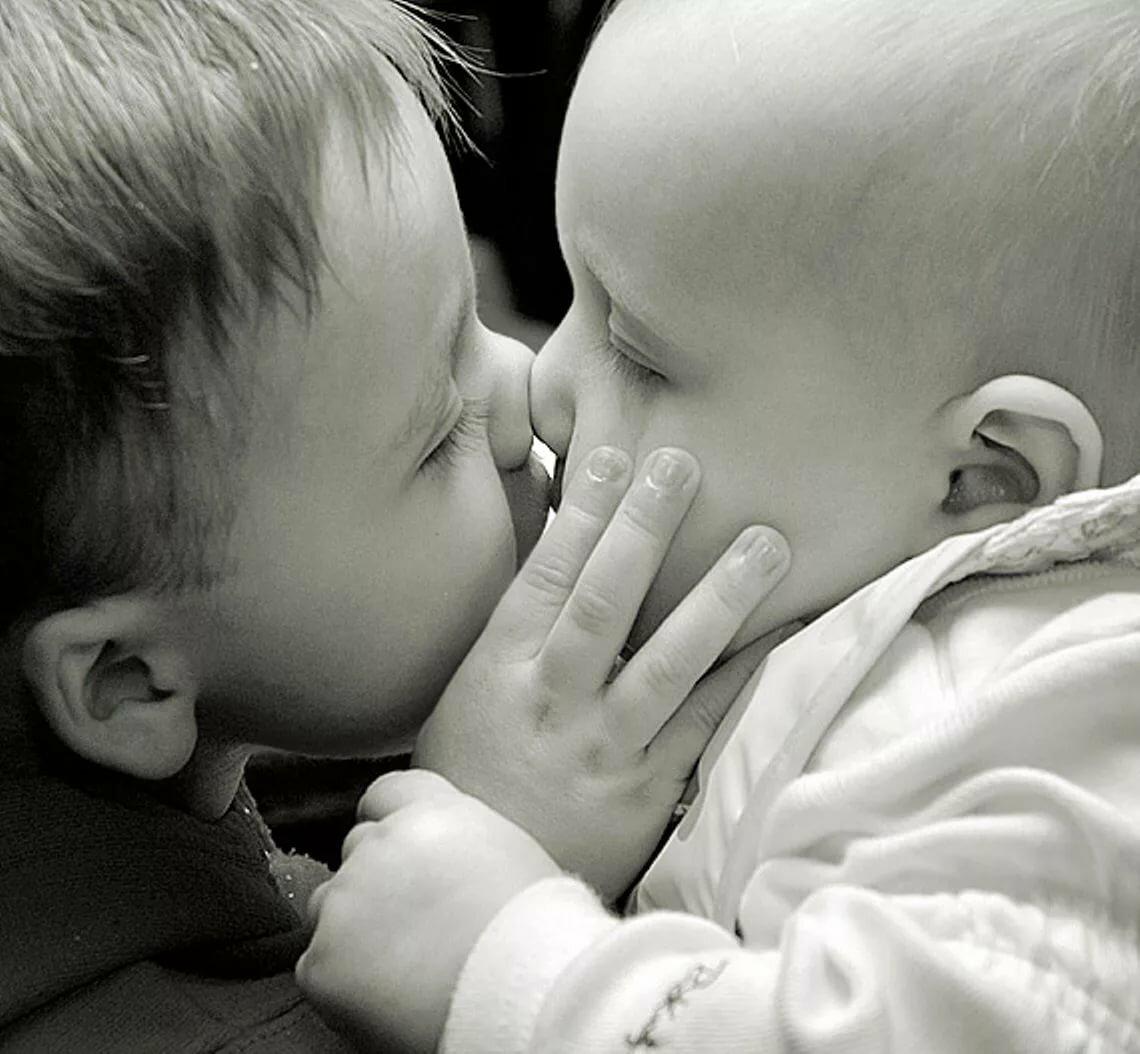 Картинки поцелуй младенцы