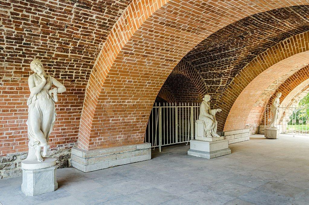 Грот под лестницей галереи