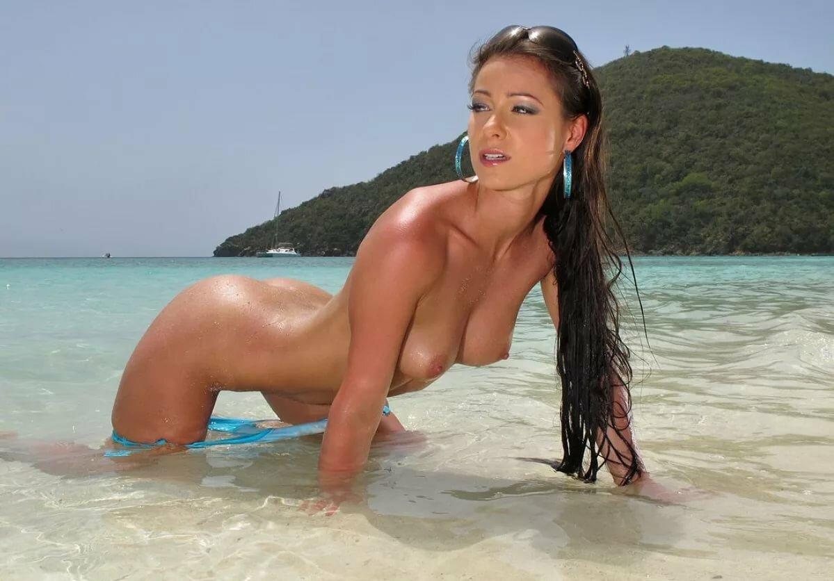 Голые девчонки в купальниках на пляже