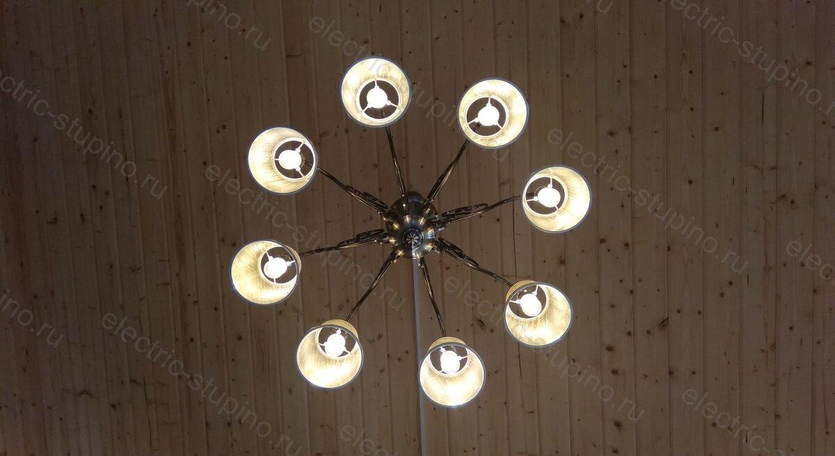 Установка подвесной люстры на 8 ламп в деревянном доме