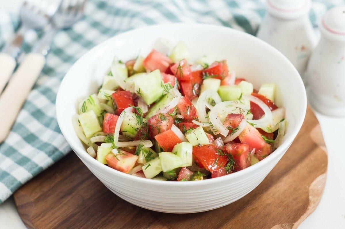 декоративная группа овощной салат с помидорами и огурцами фото задники
