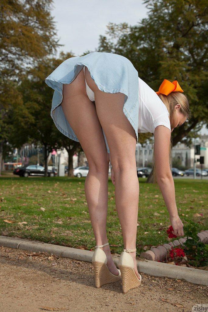 девки нагнулась юбка задралась фотки