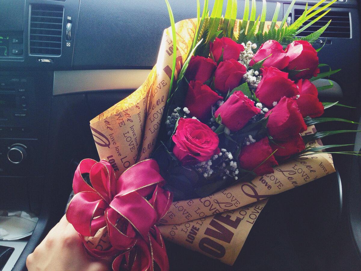 Фото цветы в руках без лица