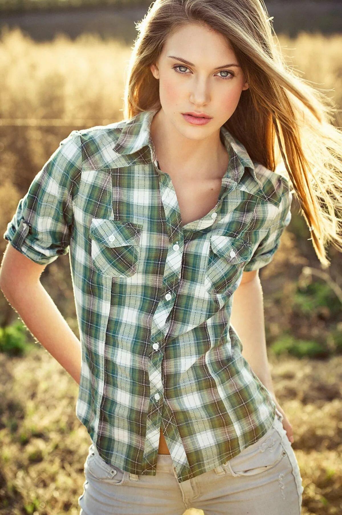 Девушки в клетчатой рубашке