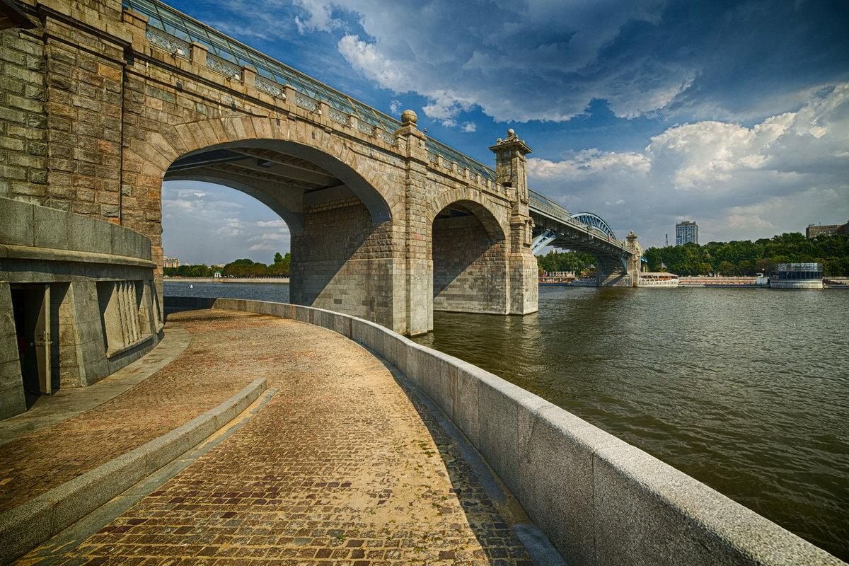 картинка моста через реку в городе