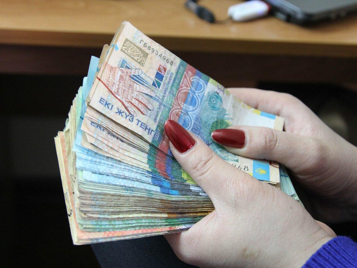 Фотографии с казахстанскими купюрами