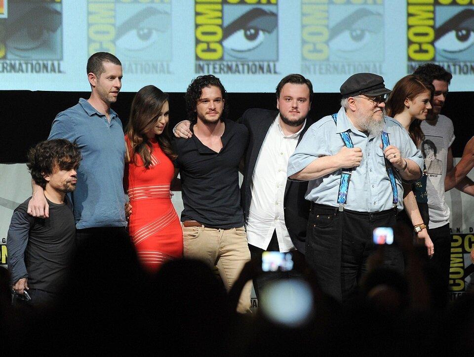 Эмилия Кларк с другими актерами на Comic-Con в 2013 году