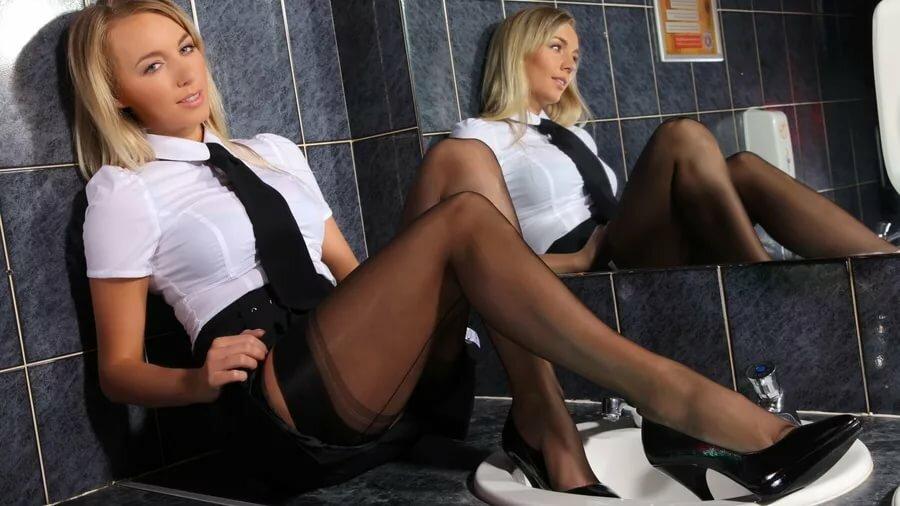 devushki-v-mini-yubkah-v-tualete