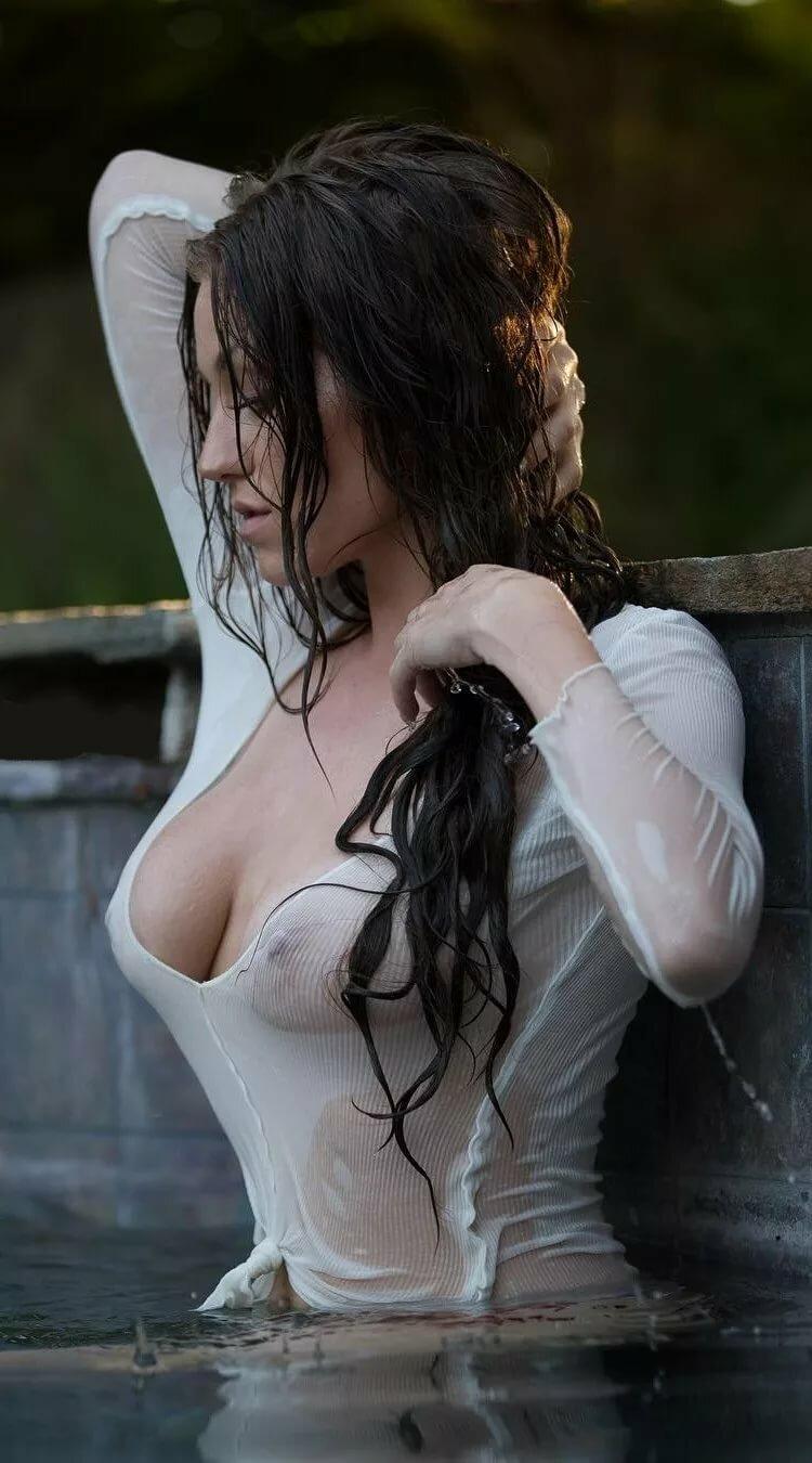 тогда видео как девушка в одежде в мокрой глядящим землю
