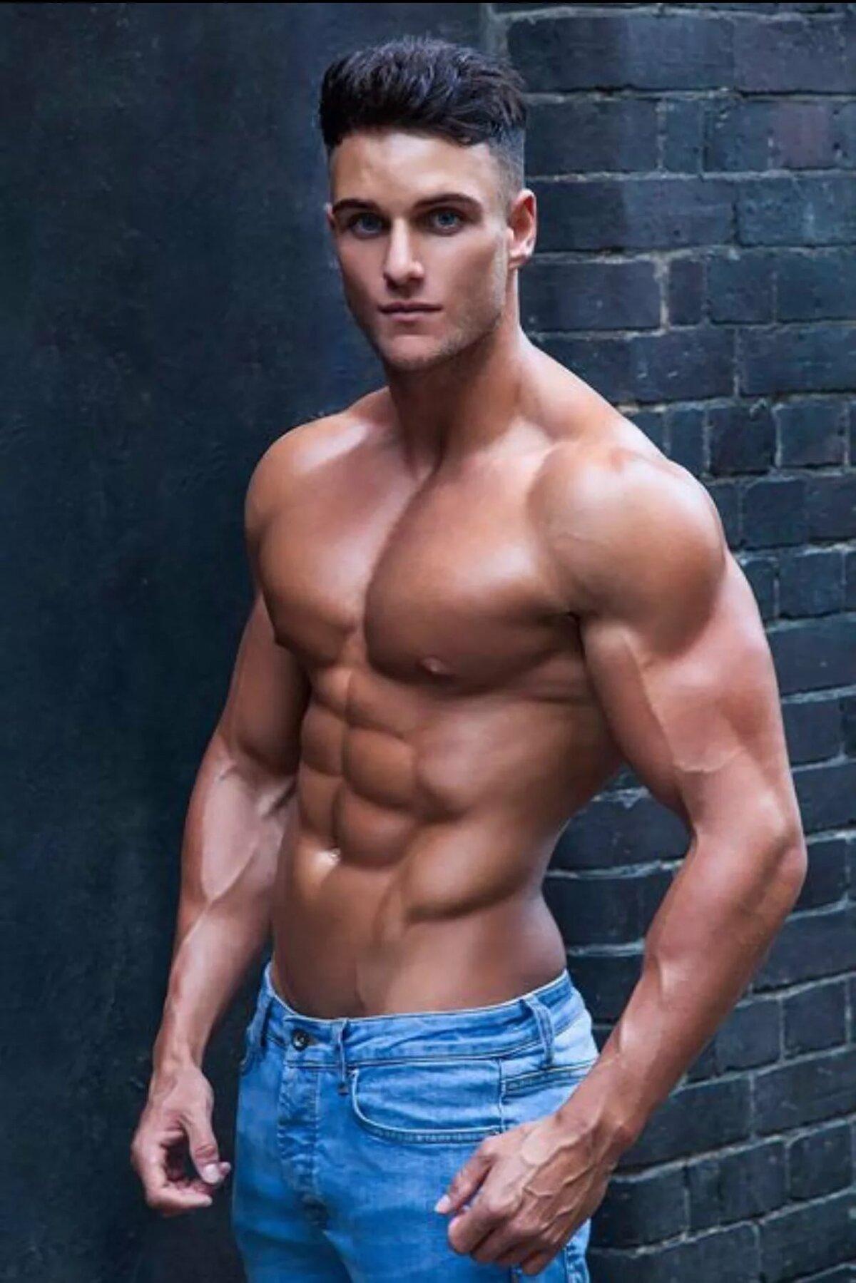 картинка мускулистый парень означало большой