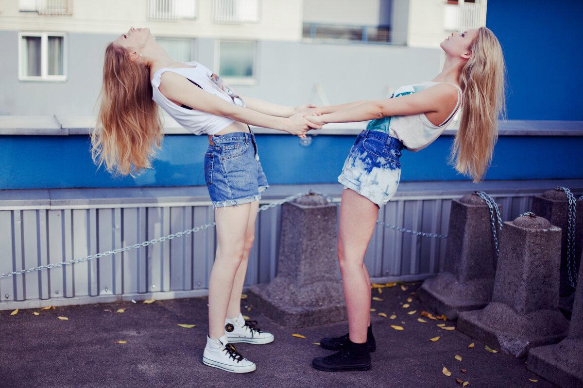 крутые позы для фото с подругой найдите желаемыое
