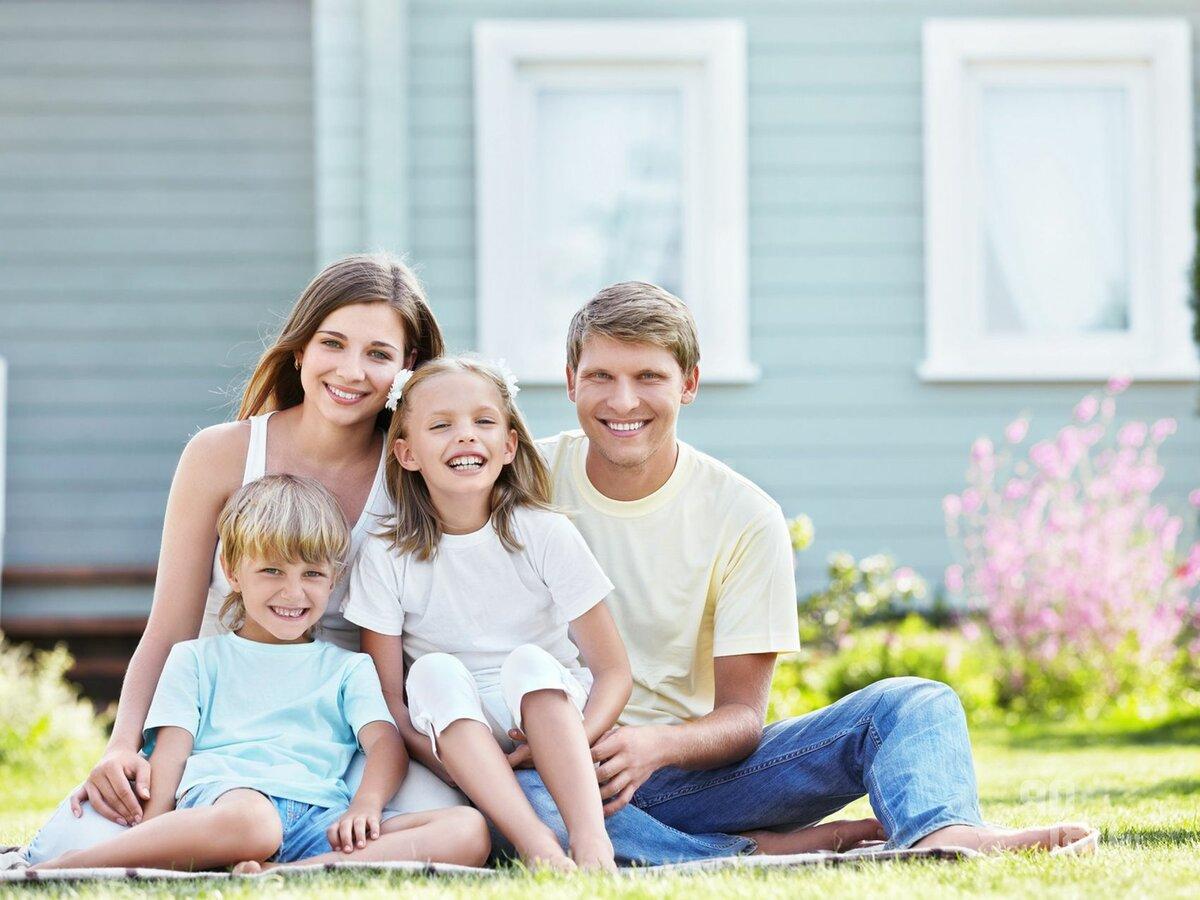 картинки счастливой семьи с двумя детьми на фоне дома лучше использовать
