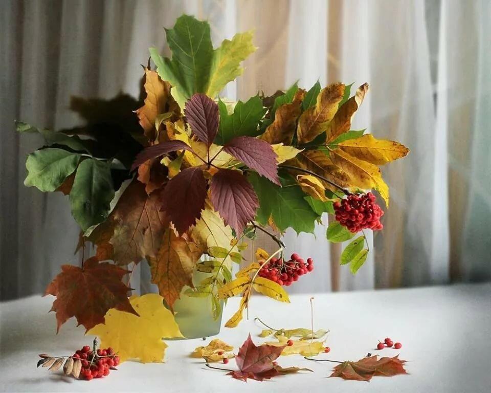 Девушки раскраска, букет из осенних листьев открытки