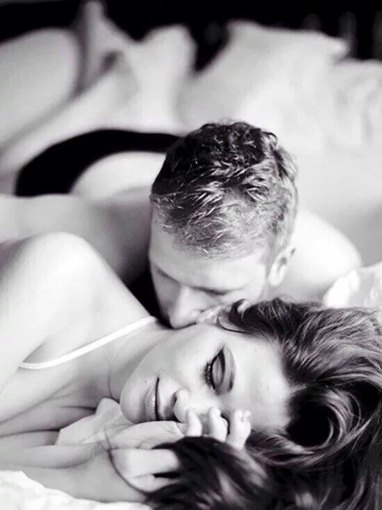 Картинки двое влюбленных в кровати нежно целуются