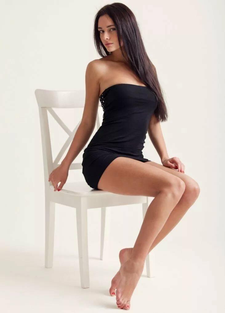 серега красивые девушки в коротеньких сексуальных платьях смеются над пуританскими