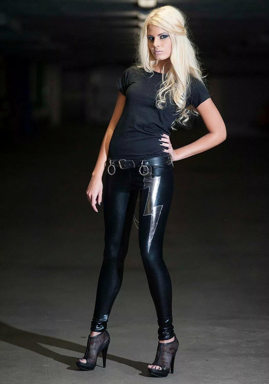 Ч б фото девушки блондинки в кожаной одежде чем-то раздосадован