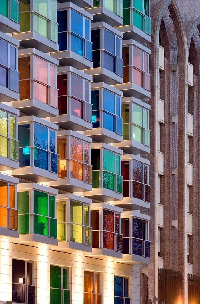 Необычные окна на фасадах многоэтажек фото