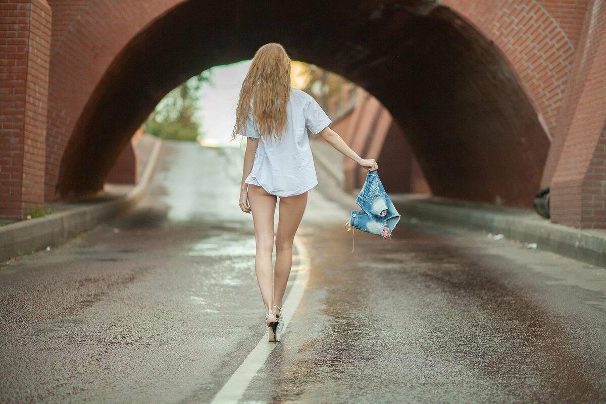 голая девушка гуляет по улице