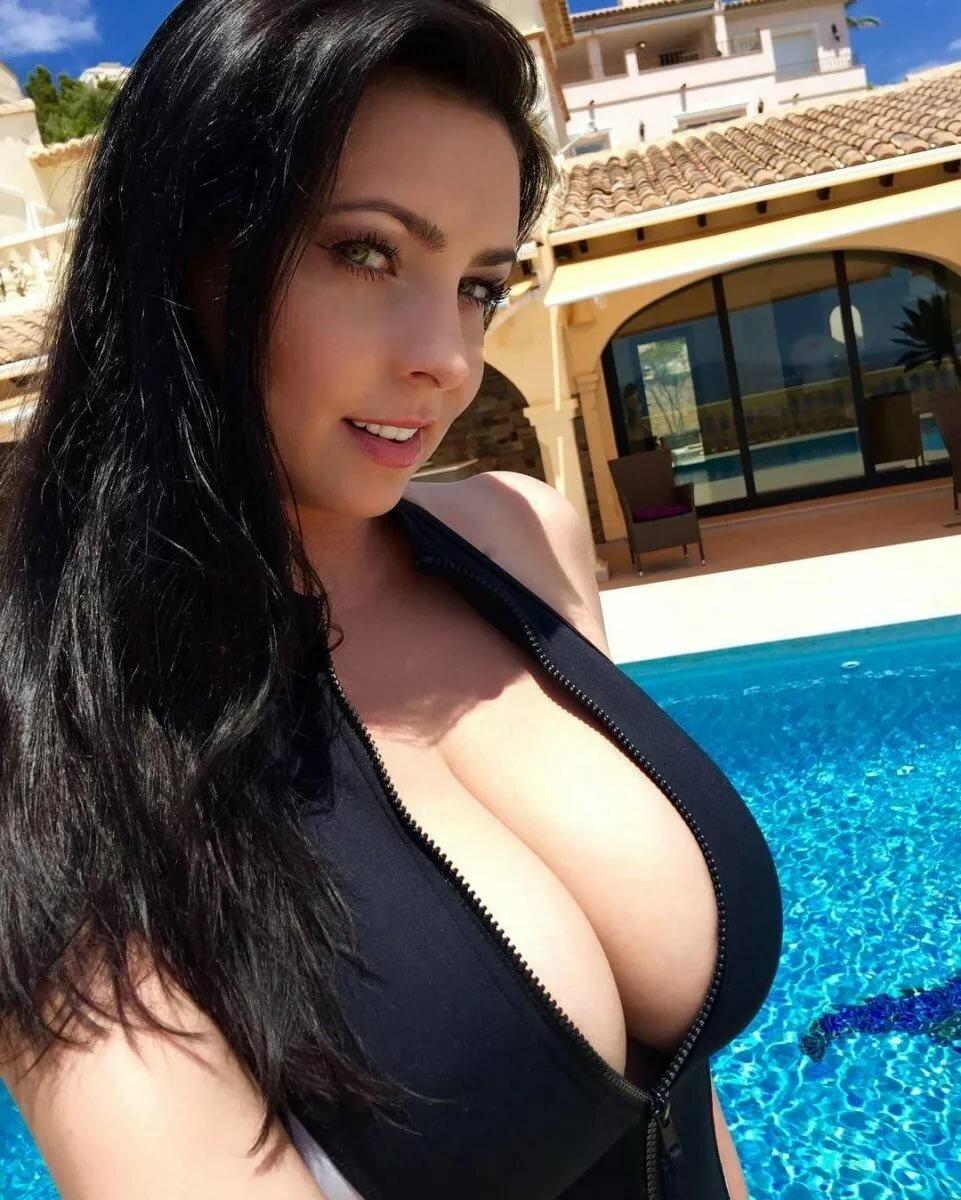 брюнетка с огромной грудью фото