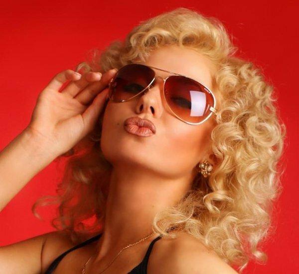 Картинки воздушный поцелуй блондинка