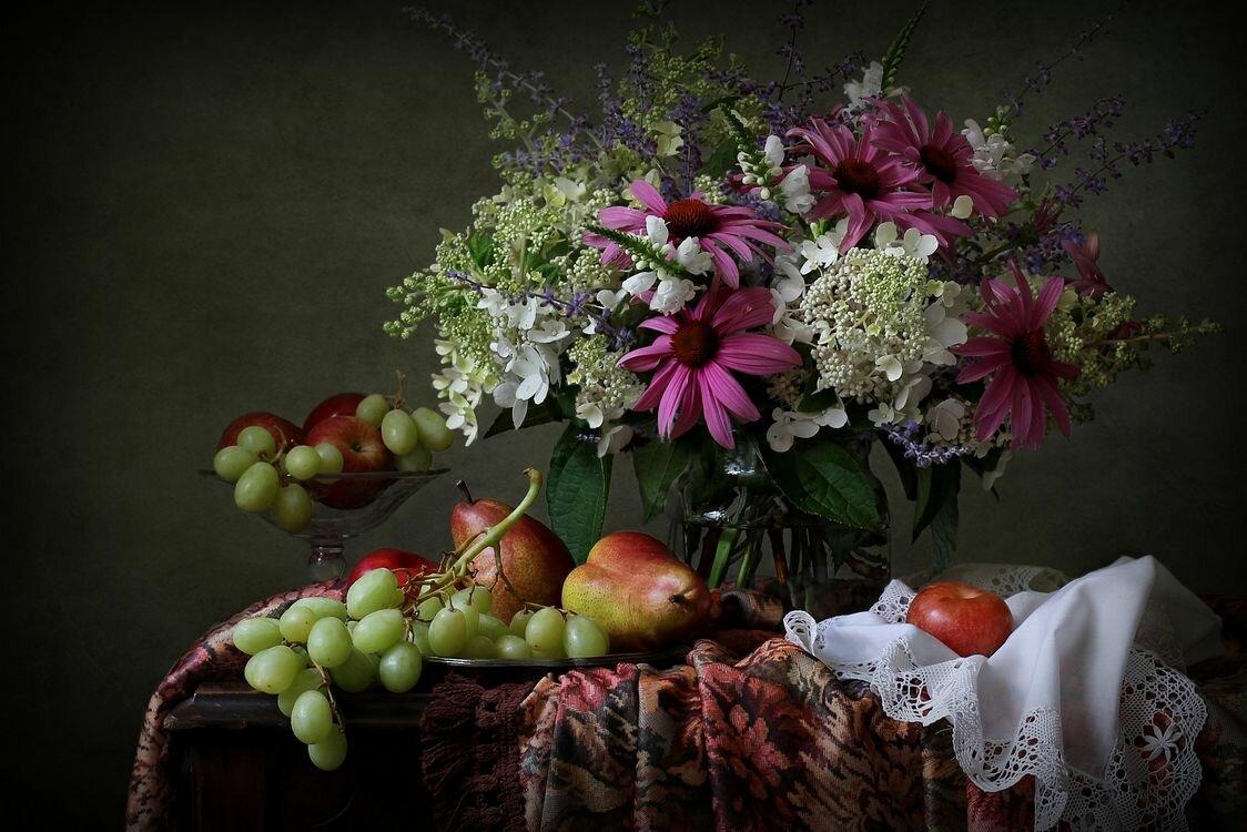 создаваемая натюрморты с цветами и фруктами в фотографиях тройня