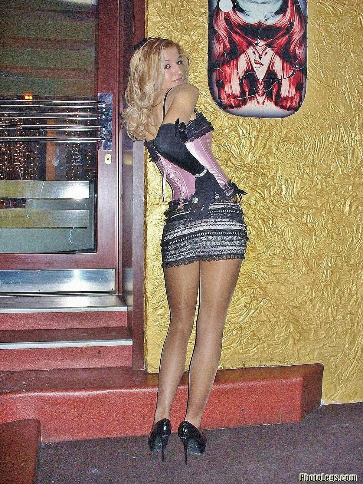 блондинка в мини юбке дома подмывания или