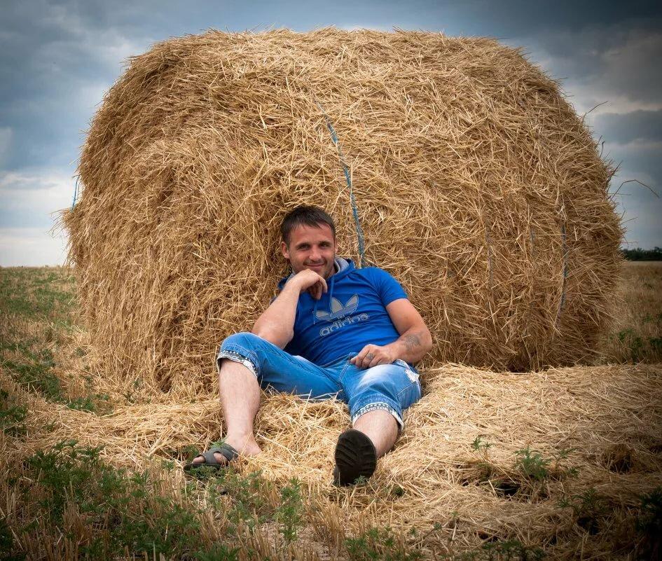 идет смешное фото мужик на стоге сена обозрения
