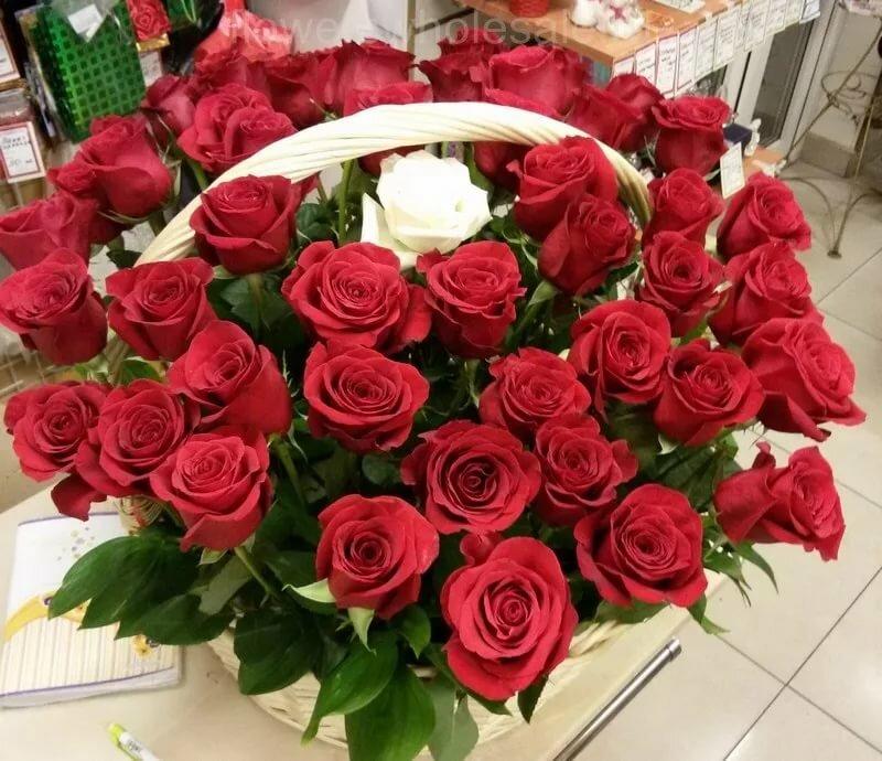 Картинка с днем рождения с большим букетом роз