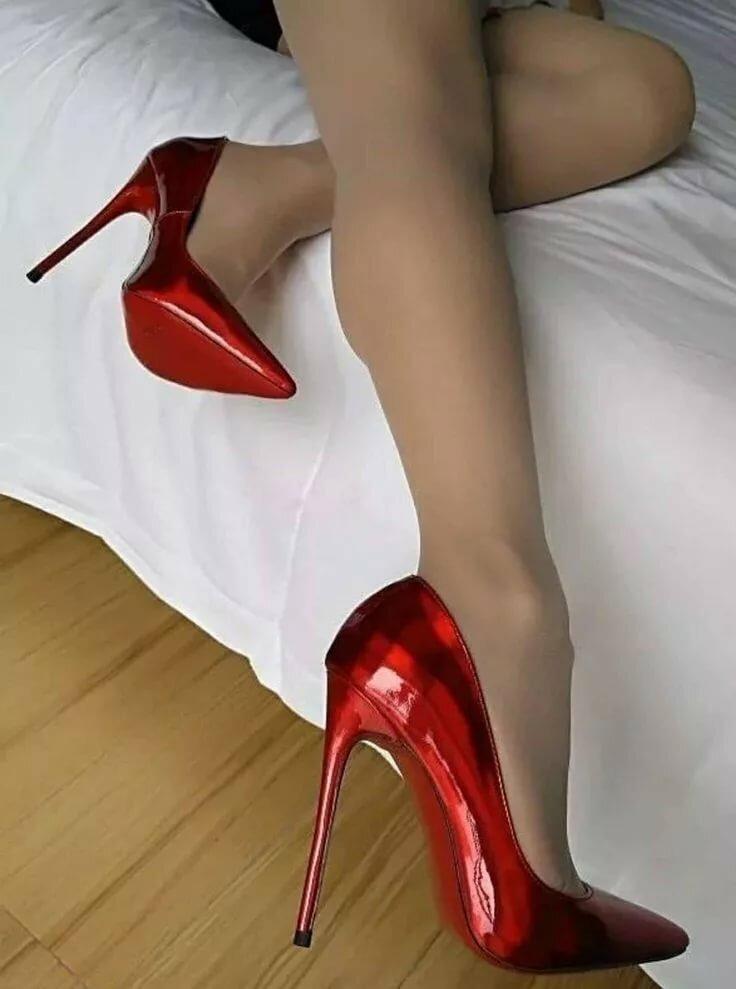 лижет в красных туфельках откровенные
