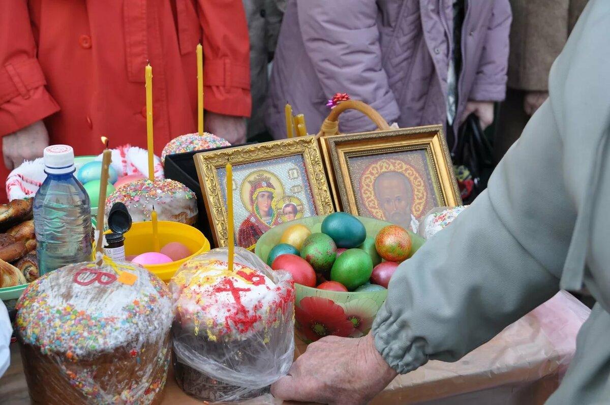 Что можно освящать на Пасху в церкви вместе с куличами