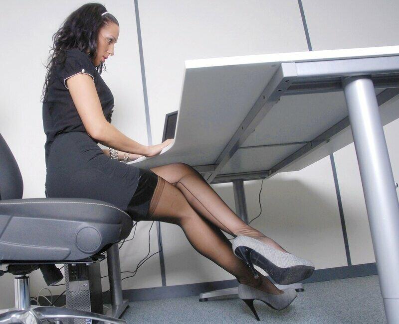 секретарша на работе видео героев ждут