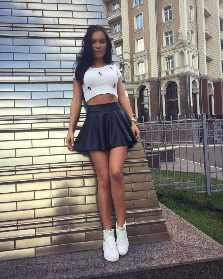 Девушка короткими юбками