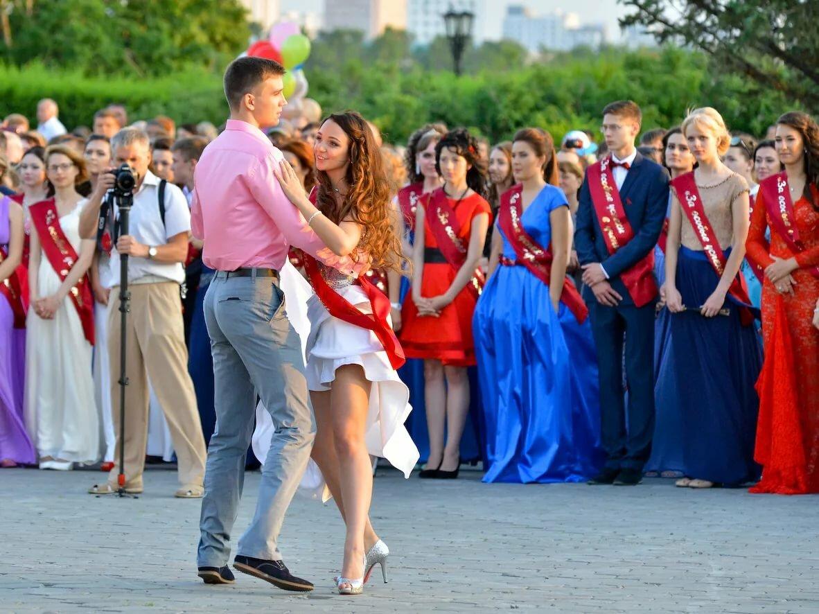 Выпускники танцуют вальс на выпускном 2019