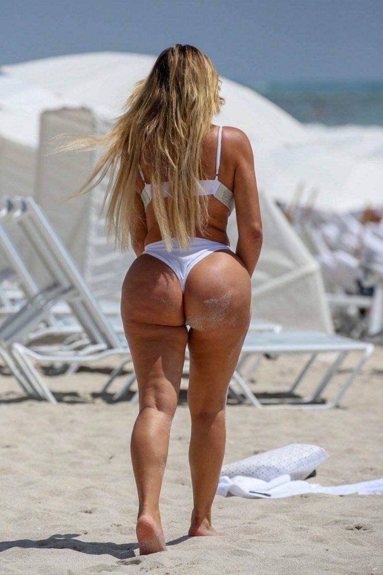Большая попа в пляже 11