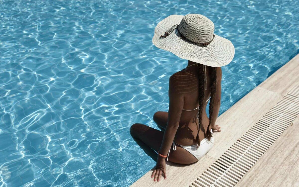 Девушка со шляпой на пляже