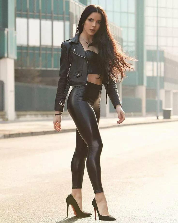 Девушка в черных леггинсах